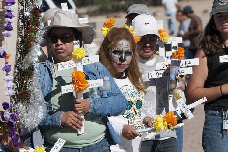 Recuerdan a varios inmigrantes muertos en el desierto de Arizona. (Foto Prensa Libre: EFE)