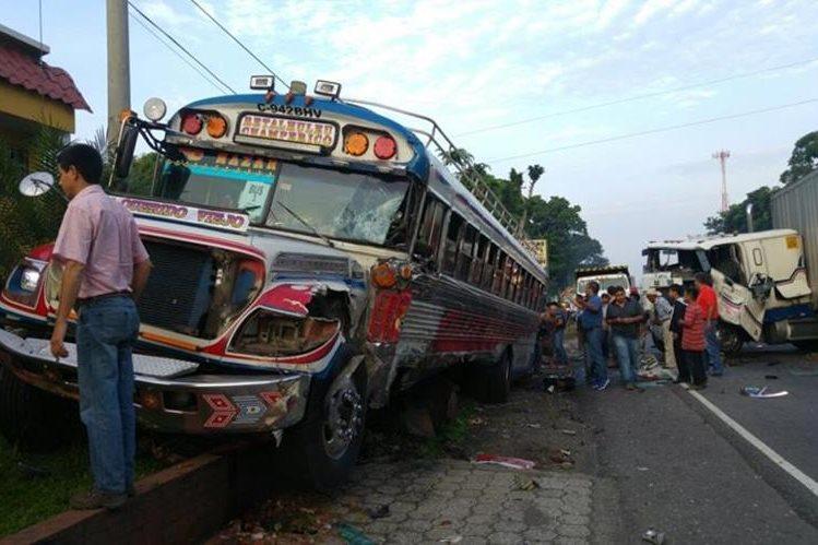 Autobús en el que viajaban niños y padres de familia rumbo a Escuintla, pero fue embestido en el km 151 de la ruta a suroccidente, Suchitepéquez. (Foto Prensa Libre: Rolando Miranda)