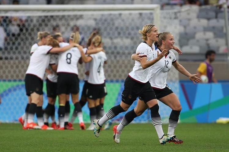 Las jugadoras de Alemania festejan el segundo gol de anotado por Sara Daebritz. (Foto Prensa Libre: AP)