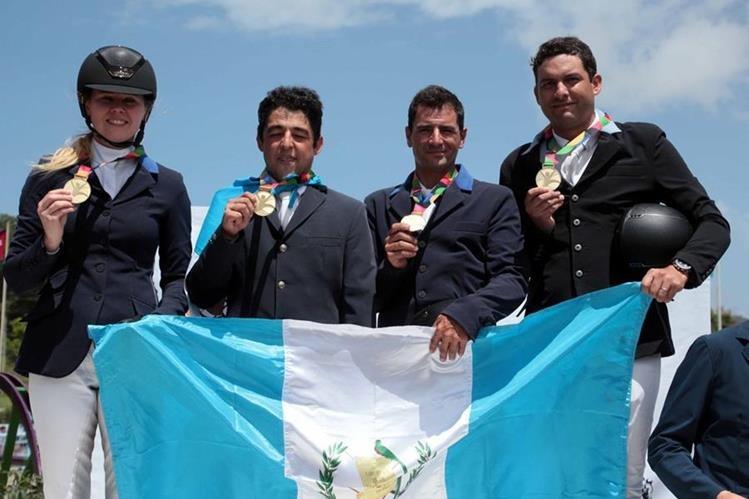 Carlos Sueiras, Juan Pablo Pivaral, Sarka de Méndez y Wylder Francisco Rodríguez posan con el oro conseguido en prueba completa por equipos. (Foto Cog).