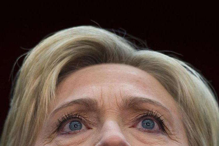 Clinton ha tratado de liberarse de la controversia causada por su decisión de usar una cuenta privada de correo electrónico para asuntos de interés nacional. (Foto Prensa Libre: AP).