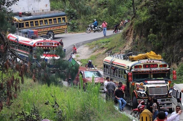 El problema sobre el puente causó problemas al tránsito. (Foto Prensa Libre: Héctor Cordero).