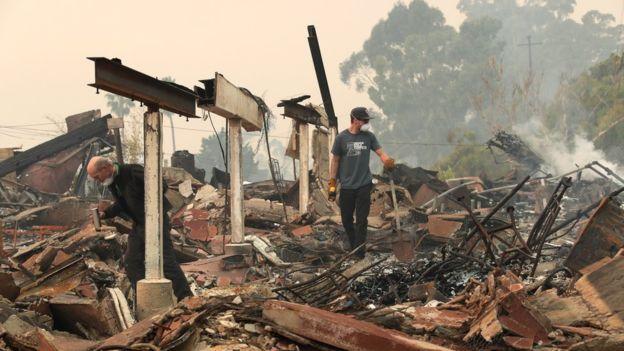 Algunos residentes de Ventura han podido volver para encontrarse sus casas en ruinas. EPA