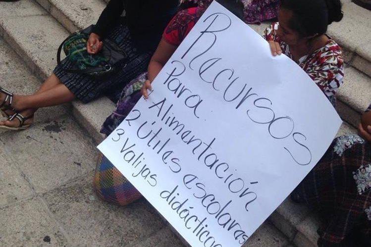 Padres de familia acompañaron la protesta de los maestros de San Juan Sactepéquez. (Foto Prensa Libre: Cortesía)
