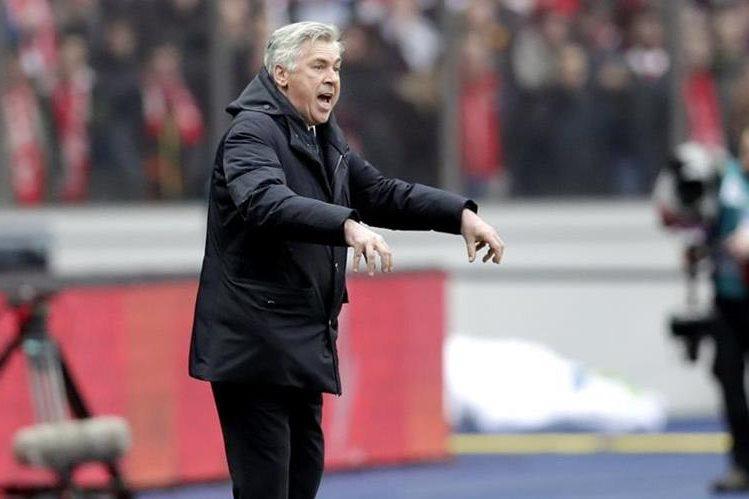 El técnico italiano Carlo Ancelotti del Bayern Munich da instrucciones desde su área técnica en el partido contra el Hertha. (Foto Prensa Libre: AP)