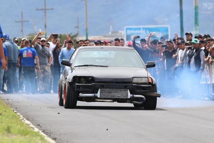 Más de 150 corredores participaron en el segundo Festival de Velocidad, cuarto de milla, que se corrió en Quetzaltenango. (Foto Prensa Libre: Raúl Juárez)