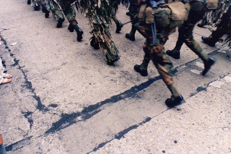 El carbón hacía alusión a las aldeas arrasadas  y los crímenes atribuidos a militares durante los años de la guerra. (Foto Prensa Libre: Hemeroteca PL)