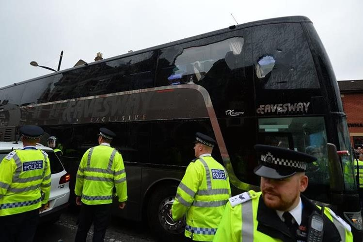El autobús del Manchester United fue atacado mientras se dirigía a Upton Park, a donde el equipo llegó el martes para enfrentar al West Ham en duelo de la Liga Premier inglesa. (Foto Prensa Libre: AFP)