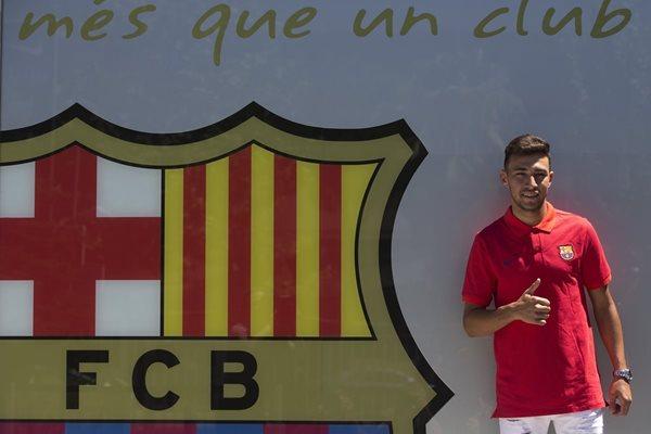 El delantero del FC Barcelona, Munir El Haddadi, posa para los medios de comunicación, después de firmar su contrato de renovación con el primer equipo, hoy en las oficinas del club. (Foto Prensa Libre: EFE)