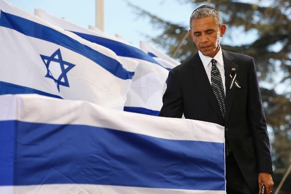 Barack Obama, presenta sus respetos ante el féretro de Shimon Peres. (AFP).
