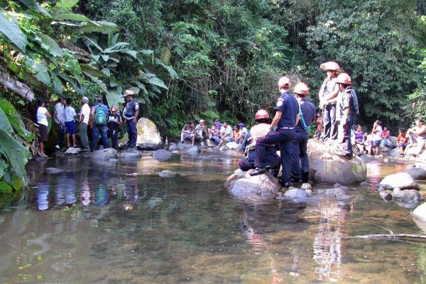 <p>Socorristas, autoridades y vecinos observan cadáver de Luis Miguel Pérez y Pérez en la ribera de un río, en Flores Costa Cuca, Quetzaltenango. (Foto Prensa Libre: Alexánder Coyoy)<br></p>