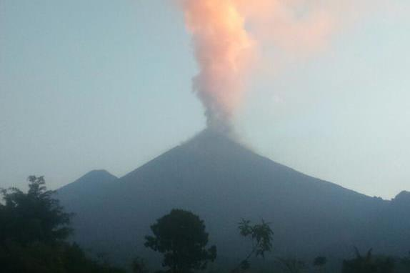 Volcán de Fuego lanza ceniza durante nueva fase eruptiva. (Foto Prensa Libre: Insivumeh)