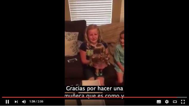 La niña llora al recibir la muñeca que, como ella, tiene una prótesis.