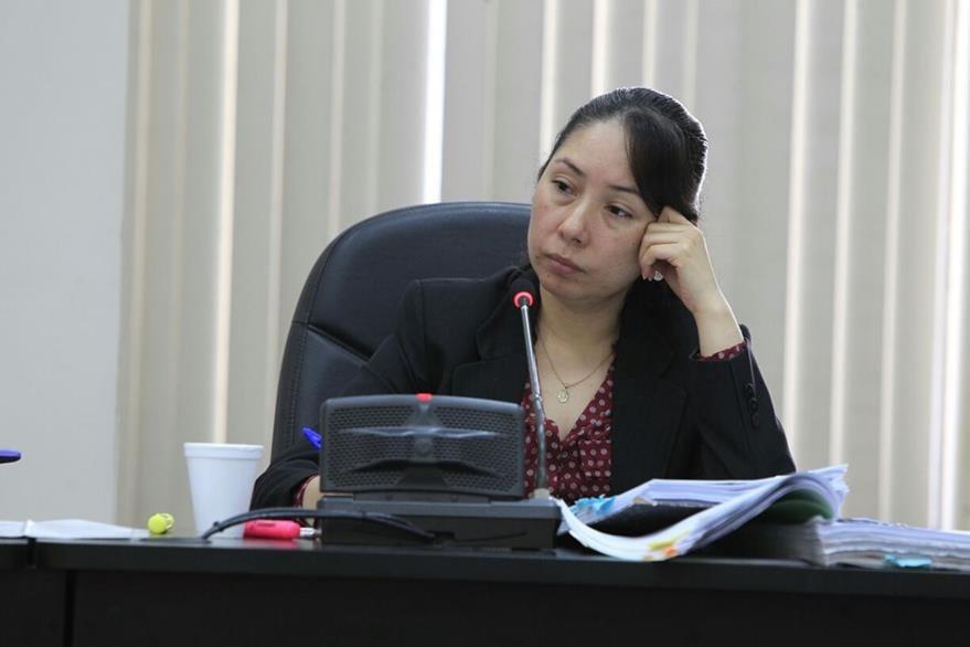 La jueza de Mayor Riesgo D, Ericka Aifán, decide no tomar el asueto oficial y evacuar audiencias en la Torre de Tribunales. (Foto Prensa Libre: Paulo Raquec)