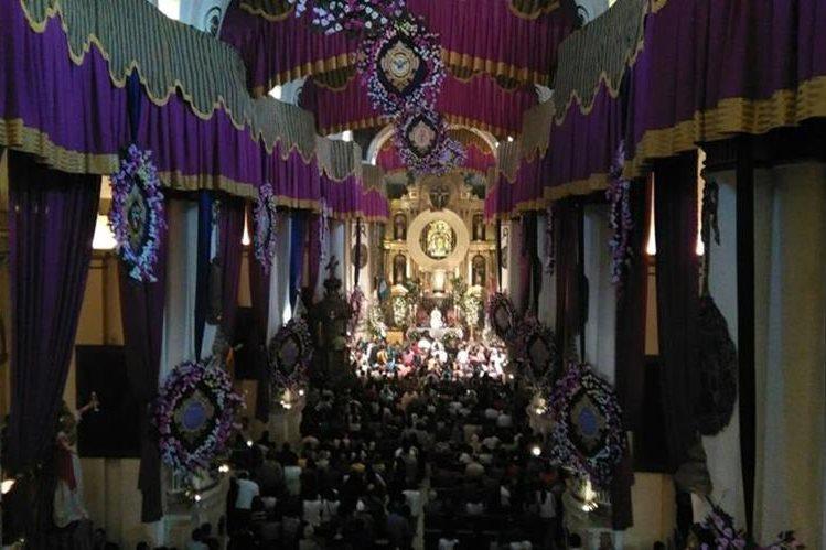 Catlicos veneran a la virgen del rosario miles de catlicos en quetzaltenango y la capital celebra este da a la virgen del rosario thecheapjerseys Gallery