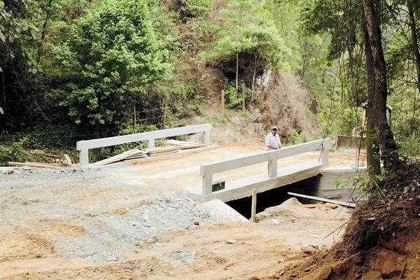 Puente construido por pobladores en la aldea El Jícaro, San Jerónimo. (Foto  Prensa Libre: Carlos Grave)