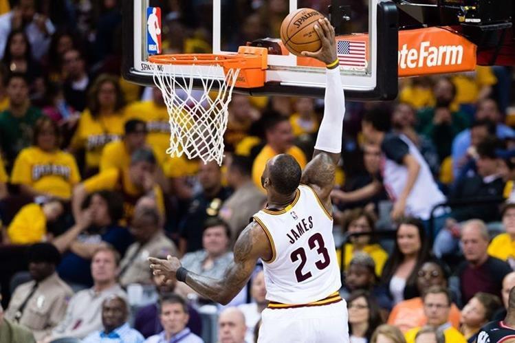 LeBron James vuelve a ser la guía de los Cavaliers en las series de semifinales. (Foto Prensa Libre: AFP)