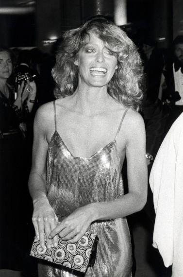Farrah Fawcett en 1978, la actriz asistió a los Oscar con un vestido ligero y metalizado firmado por Stephen Burrows que causó sensación.