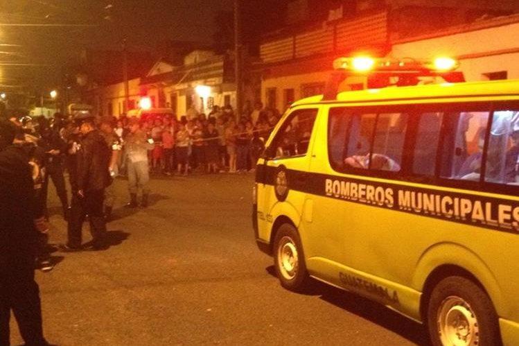 Bomberos Municipales en el lugar donde quedaron los cuatro cadáveres en El Milagro, zona 6 de Mixco. (Foto Prensa Libre: Cortesía @BomberosM_Mixco)