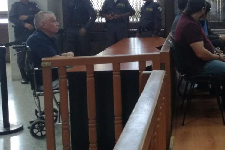El condenado exjefe de detectives de la PNC, Víctor Soto, compareció en silla de ruedas el 9 de noviembre pasado. (Foto Prensa Libre: Sucely Contreras/Guatevisión)