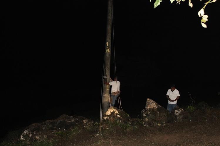 Bomberos rescatan cadáver de trabajador que se electrocutó en un poste, en San Luis, Petén. (Foto Prensa Libre: Walfredo Obando).