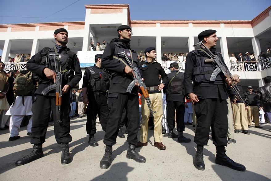 Oficiales de seguridad vigilan en el hopital al que han trasladado a las víctimsa del ataque a la Universidad Bacha Khan de Charsadda. (Foto Prensa Libre: EFE).