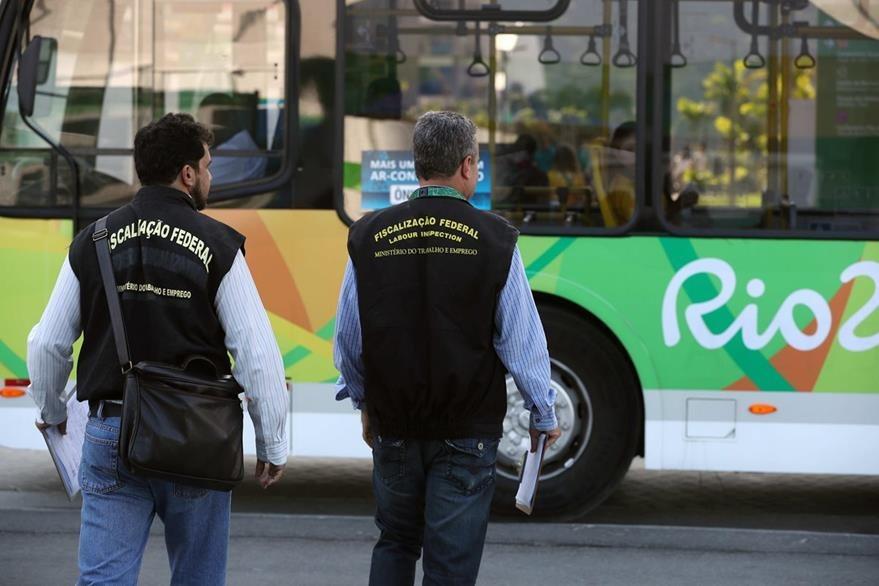 Fiscales del Ministerio Público del Trabajo de Brasil realizan una visita de supervisión a la Villa Olímpica. (Foto Prensa Libre: EFE)