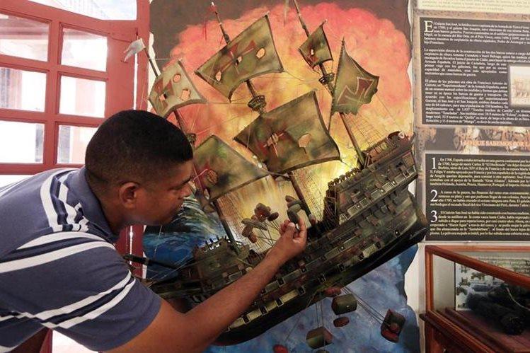 Un turista observa una réplica del Galeón San José luego de que el presidente de Colombia, Juan Manuel Santos, anunciara en una rueda de prensa en Cartagena el hallazgo del galeón en el caribe colombiano. (Foto Prensa Libre: EFE).