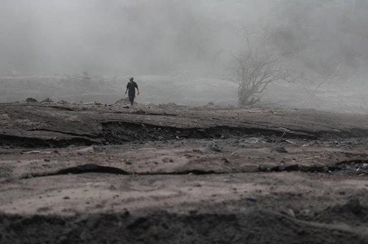 César Sicay, de 76 años, veía hacia todas partes tratando de calcular el lugar del terreno en donde vivían sus familiares. Área devastada por la erupción del Volcán de Fuego. (Foto, Prensa Libre: Carlos Hernández)