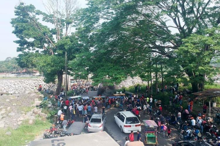 Padres de familia bloquean el paso por el km 178 de la ruta al Pacífico en el puente Castillo Armas. (Foto Prensa Libre: Rolando Miranda)