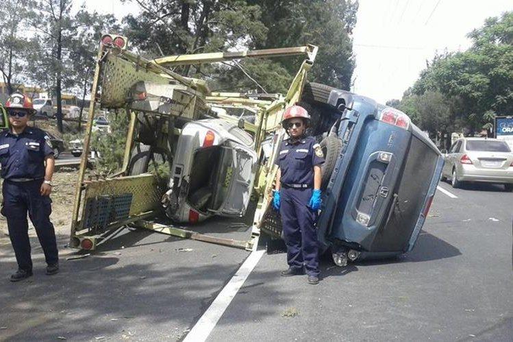 Piloto de tacuazina perdió el control y volcó en el Periférico. (Foto Prensa Libre: Bomberos Municipales)