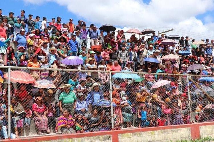 Cientos de personas ocupan el graderío del campo de San Antonio Ilotenango para presenciar el castigo. (Foto Prensa Libre: Héctor Cordero).