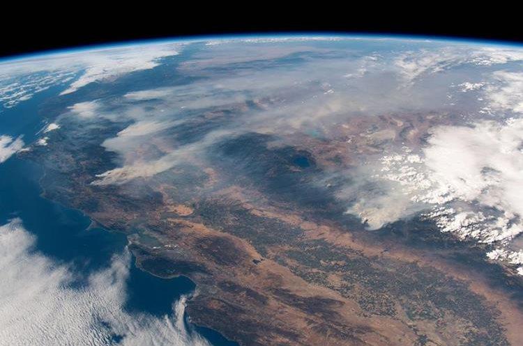 Fotografía tomada por el astronauta y geofísico alemán Alexander Gerst, que muestra incendios forestales en el estado de California, visto desde la Estación Espacial. (AFP)