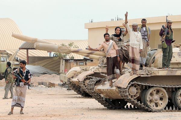 Los combatientes formados por tribus locales se movilñizan al norte de Adén. (Foto Prensa Libre: AFP)