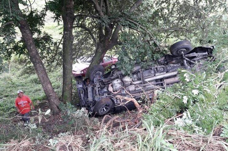 En el kilómetro 219, en Trincheras, Los Amates, un vehículo con placas hondureñas cayo en una hondonada junto a otro automotor que perdió el control. (Foto Prensa Libre: Dony Stewart)