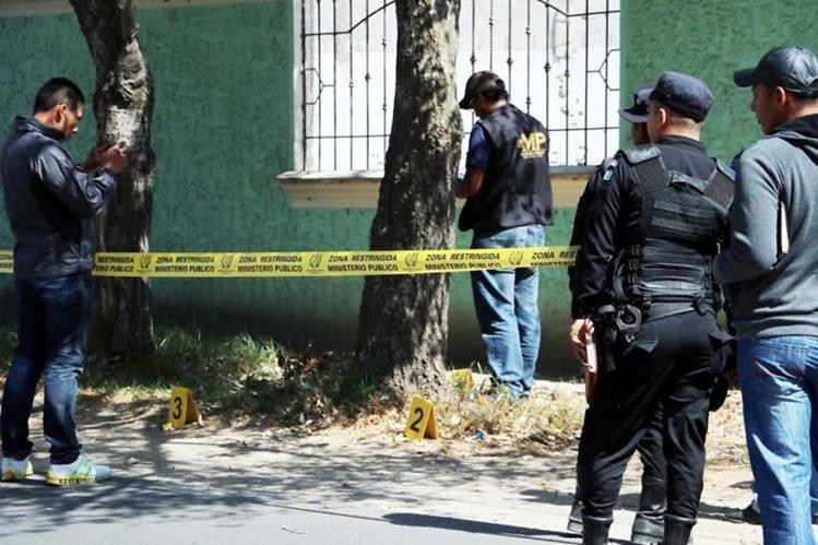 Autoridades reúnen evidencias en el lugar donde se registró el ataque en la zona 6 de la ciudad de Quetzaltenango. (Foto Prensa Libre: Carlos Ventura).