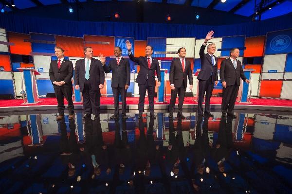 Precandidatos republicanos a Presidencia de EEUU participan en el debate.