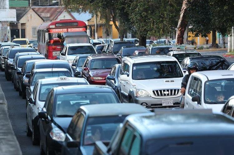 En la 27 calle de la zona 5 también se registran atascos. (Foto Prensa Libre: Erick Ávila).