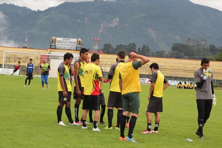 Los de Marquense se prepararon para enfrentar a Mictlán. (Foto Prensa Libre: Aroldo Marroquín)