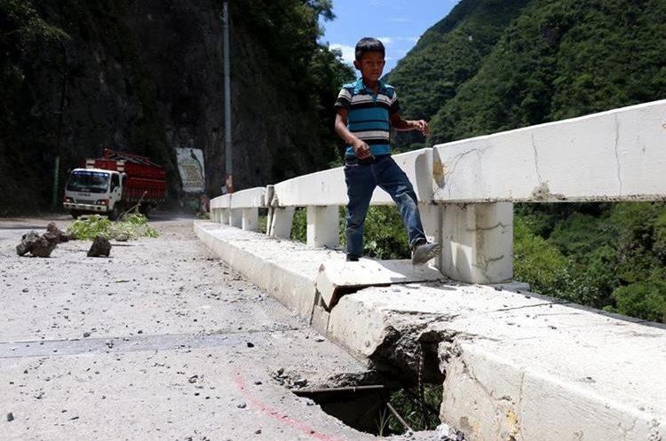 Un niño camina sobre la cera del puente Selegua Dos dañado por el temblor registrado el pasado 7 de septiembre.(Foto Prensa Libre: Mike Castillo)