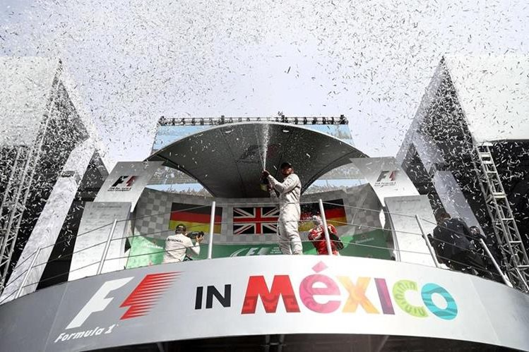 Lewis Hamilton celebra en el podio. (Foto Prensa Libre: AFP)