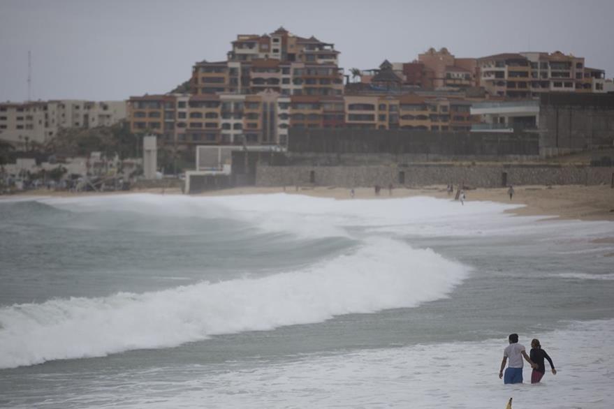 Turistas evacúan Cabo San Lucas, México. (Foto Prensa Libre: AP).