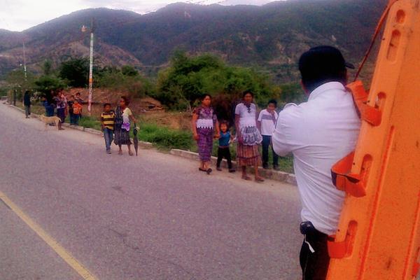 Socorristas de Sacapulas, Quiché, rescatan a niño de río. (Foto Prensa Libre: Óscar Figueroa)