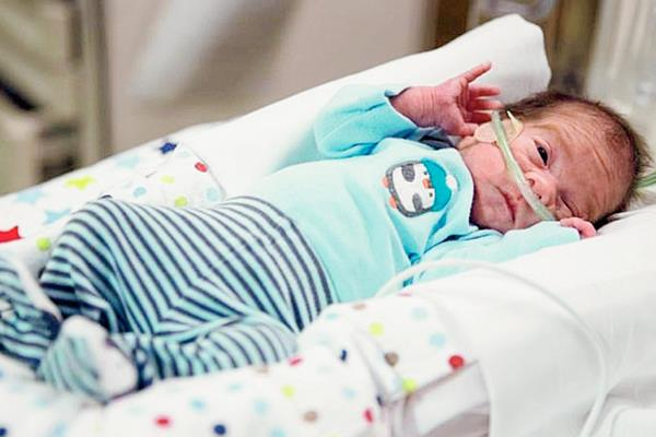 Un bebé nacido de mujer con muerte cerebral deja hospital en Nebraska, EE.UU.