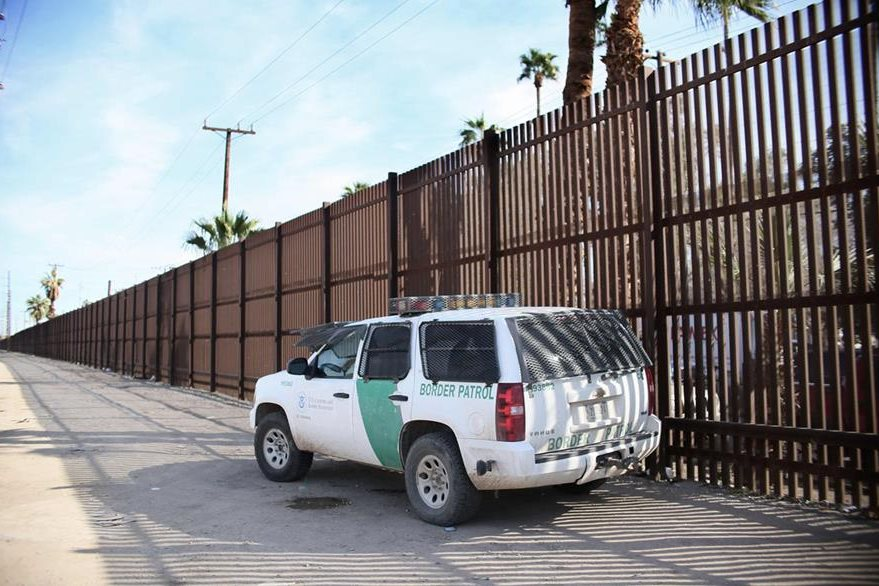 La temida Patrulla Fronteriza es vista entre el muro fronterizo entre México y Estados Unidos en Calexico, California. (Foto Prensa Libre: AFP).