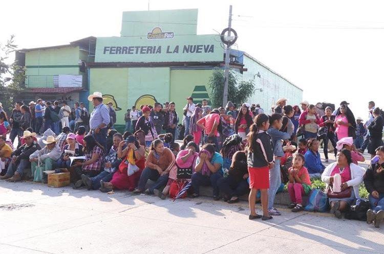 Mujeres con niños permanecen en el arriate central de la autopista Jacobo Arbenz Guzman.
