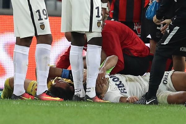 Radamel Falcao sufrió un golpe al chocar con un compañero con la cabeza y estará en observación en el hospital. (Foto Prensa Libre: AFP)