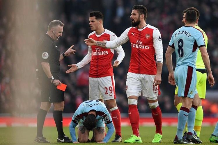 El centrocampista internacional suizo del Arsenal Granit Xhaka fue interrogado por la policía londinense por supuestamente haber proferido insultos racistas. (Foto Prensa Libre: AFP)