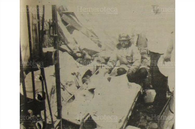 Bomberos voluntarios cubren los cadáveres de tres de los 14 muertos, entre ellos un bebé de 6 meses. 5/5/1990. (Foto: Hemeroteca PL)