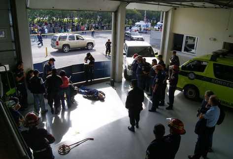 Bomberos, agentes del MP y diplomáticos observan los restos de Cabral. (Foto: Carlos Pérez)